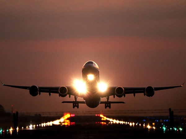 avio au décolage à l'Aéroport international de Genève